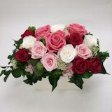 豪華なピンクのバラのプリザーブドフラワーアレンジ
